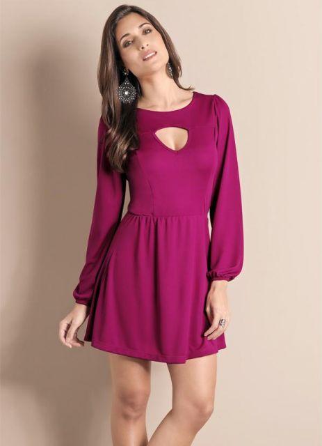 Modelo usa vestido roxo com detalhe no decote, manga longa fofinha.