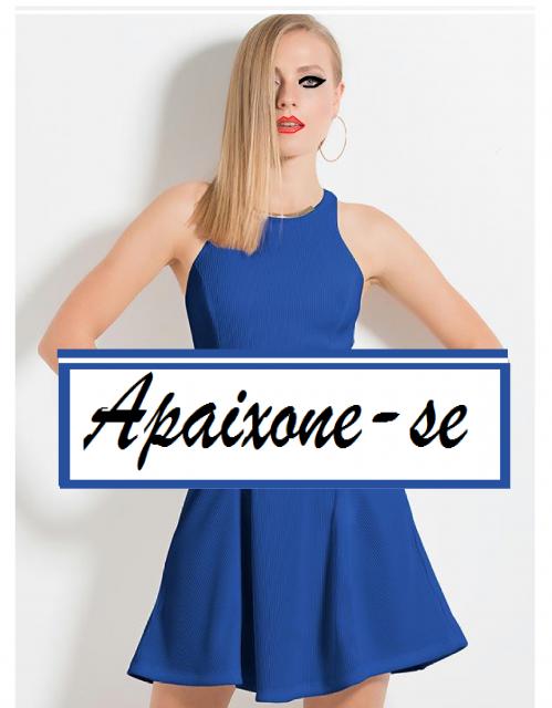 Modelo de vestido evasê azul marinho.