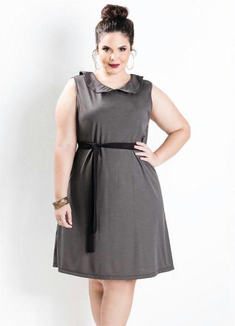 modelo veste vestido cinza chumbo, regatinha com detalhe na gola e faixa preta na cin