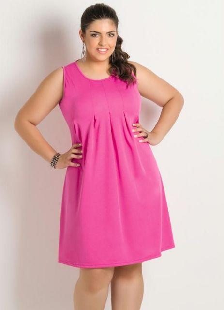Modelo veste vestido evasê cor de rosa, modelo regata.