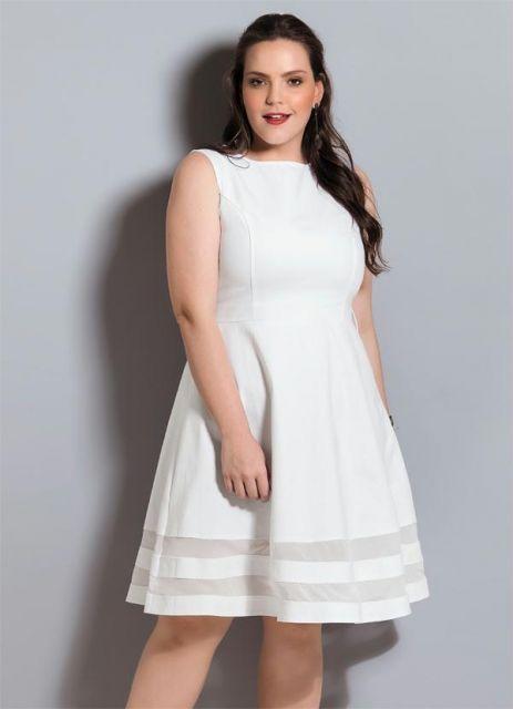 Modelo veste vestido regatinha branco, evasê com tule.