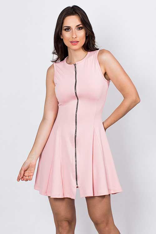 Modelo usa vestido rosa clarinho, regata com zíper longo.