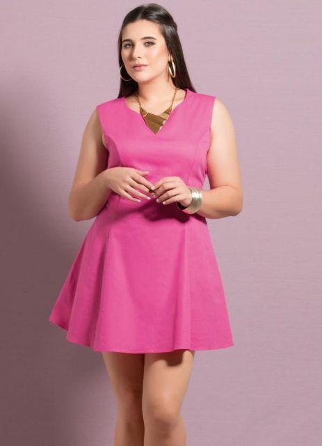 Modelo usa vestido rosa, regatinha, modelo mais curtinho.