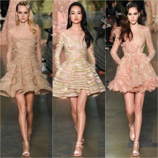 Modelos vestem vestidos godê, curtos em tons nude.
