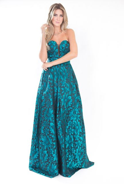 Modelo usa vestido azul turqueza tomara que caia, com cabelos soltos.