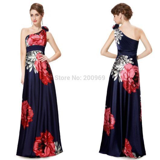 Look com vestido estampado em tons de azul forte e vermelho.