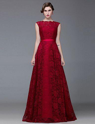 Modelo usa vestido vermelho, decote fechado, com cabelo preso.