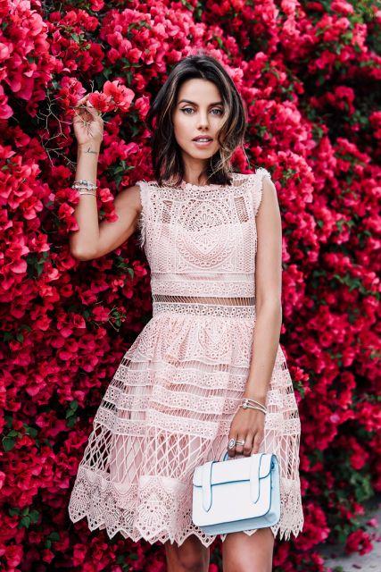Anabelle fleur veste vestido rosa de renda com bolsa de mão pequena.