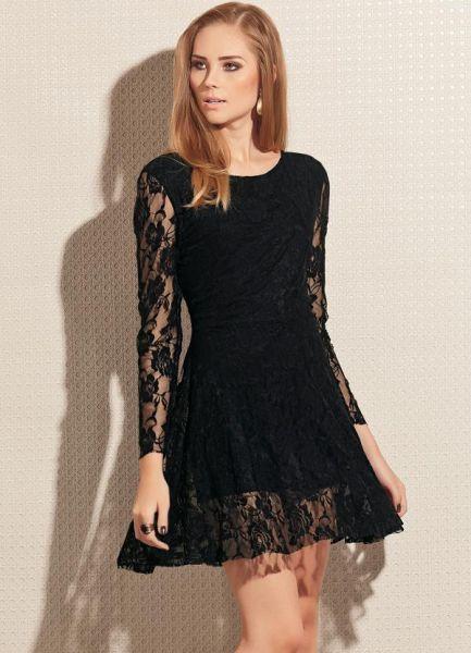 2a3a506b9b Modelo com vestido preto de renda