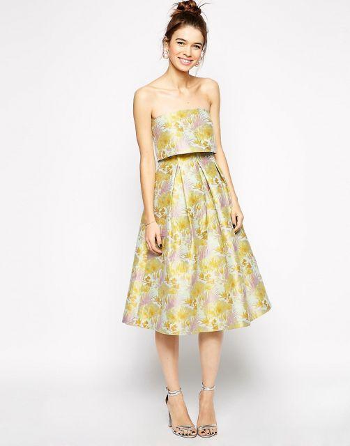Look com vestido verde estampado e sandalia.