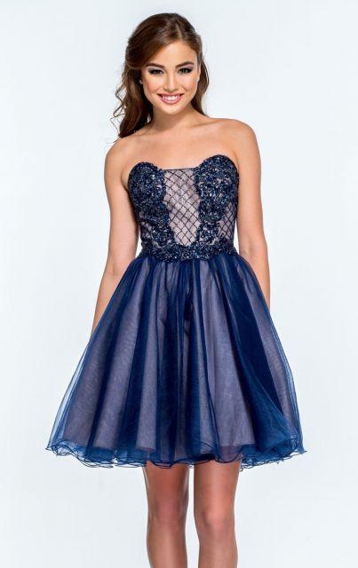 Modelo veste vestido curto azul tomara que caia bufante.