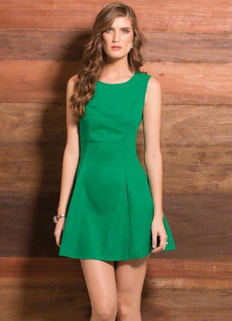 Modelo usa vestido verde regata, com cabelo solto.