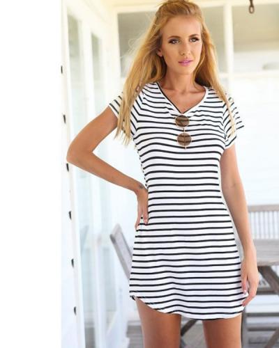 modelo com vestido de listras miudas de fundo branco.