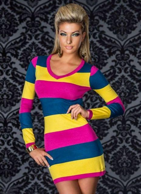 Modelo com vestido listrado nas cores de amarelo, rosa e azul