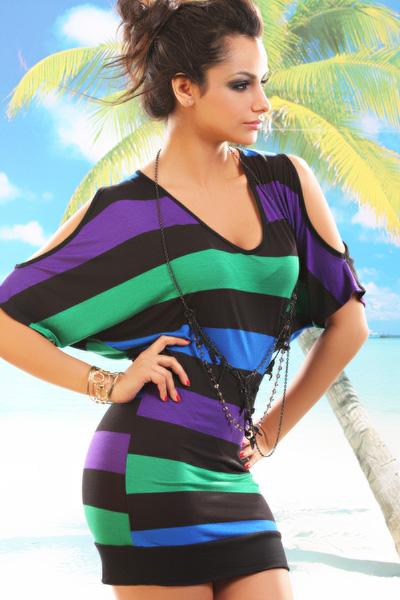Modelo veste vestido listrado na cor preto, roxo, verde e azul, com colar preto.