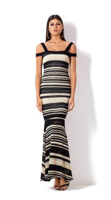 Modelo usa vestido longo em linho, nas cores preto e branco com listras