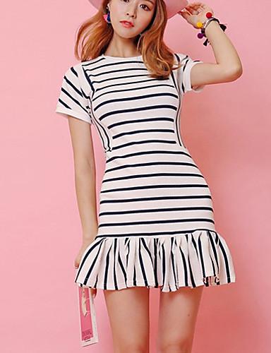 Modelo com vestido branco com listras pretas finas.