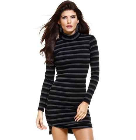 Modelo veste vestido listrado em cores preto e cinza com gola.