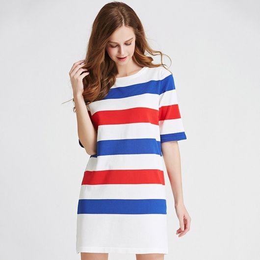 Vestido branco com listras na cor azul e vermelho.