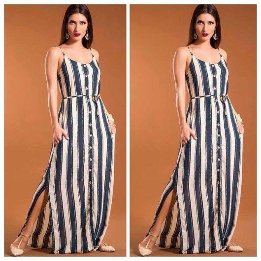 Modelo usa vestido listrado em azul e branco com sapatilha nude.