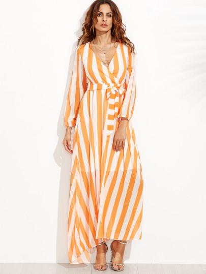 look com vestiodo listrado em branco e laranja , com salto alto.