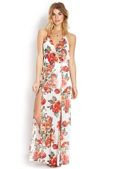 Modelo com look vestido decote V, estampado floral, vermelho terroso, fenda e decote.