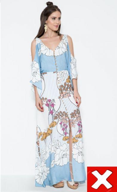 modelo com vestido azul com branco, vazado nos ombros com estampa que amplia.