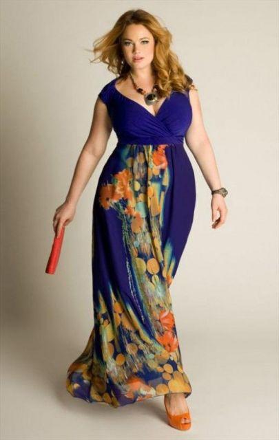 Modelo veste vestido azul com estampa laranja na saia.