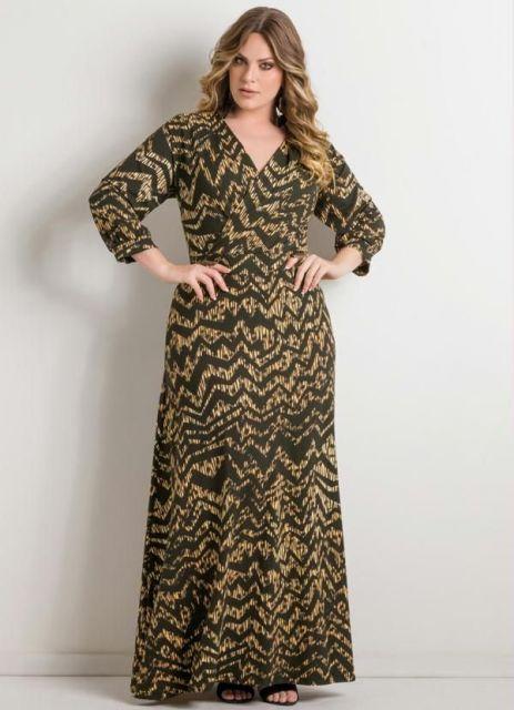 Modelo usa vestido longo estampado manga média, na cor preta e bege com decote em v.