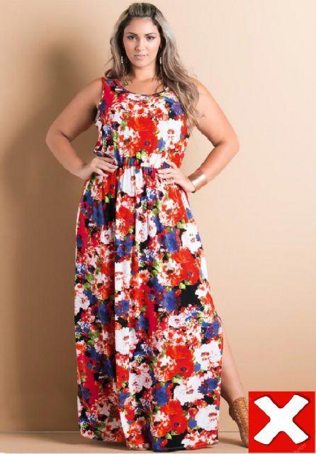 05a705667 Modelo veste vestido estampado floral nos tons de vermelho, branco e azul  escuro.