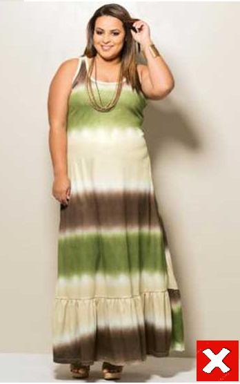Modelo veste vestido bege claro com listras em tons de verde, marrom.