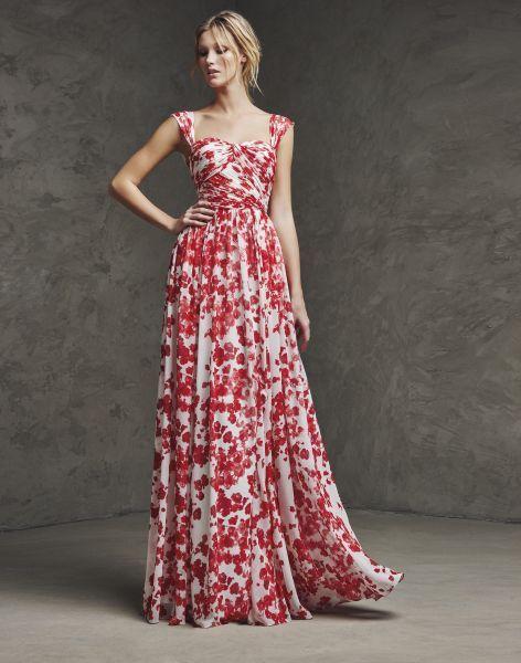 Modelo veste vestido estampado em vermelho com branco , modelo regata.