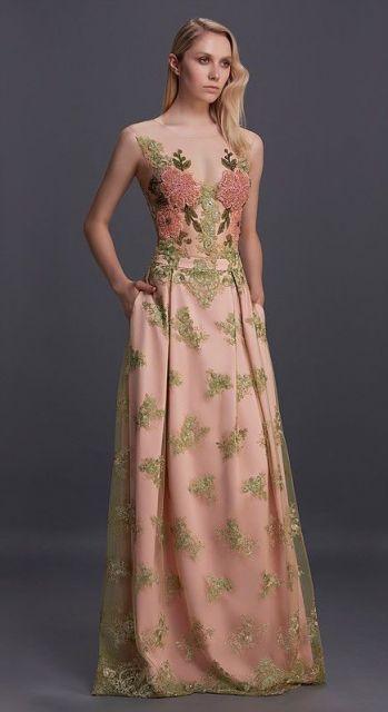 Modelo usa vestido, rosê com estampa na própria renda em tons de verde e rosa envelhecido.