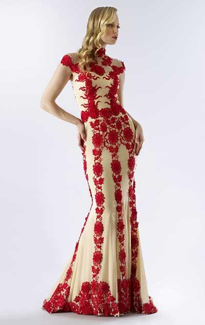Modelo usa vestido amrelo claro ao fundo com detalhe estampado na própria renda vermelha.