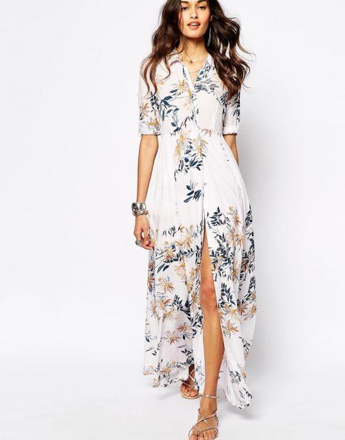 Modelo usa vestido branco com estampa azul .