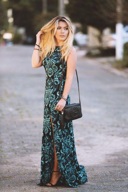 Modelo usa vestido verde, com fundo preto e bolsa de ombro no mesmo tom de fundo,