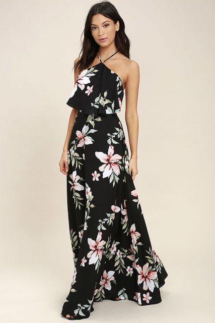 Modelo usa vestido preto, com florais brancos.