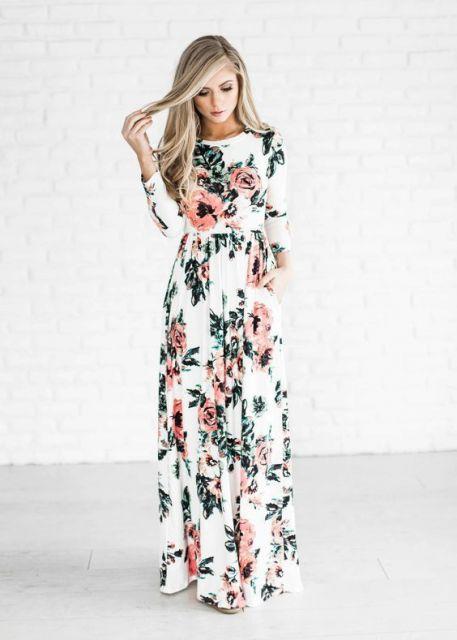Modelo usa look, vestido branco estampado com flores em tons de rosa e verde.