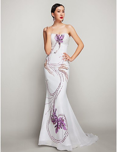 Modelo usa vestido branco com detalhe em lilás.