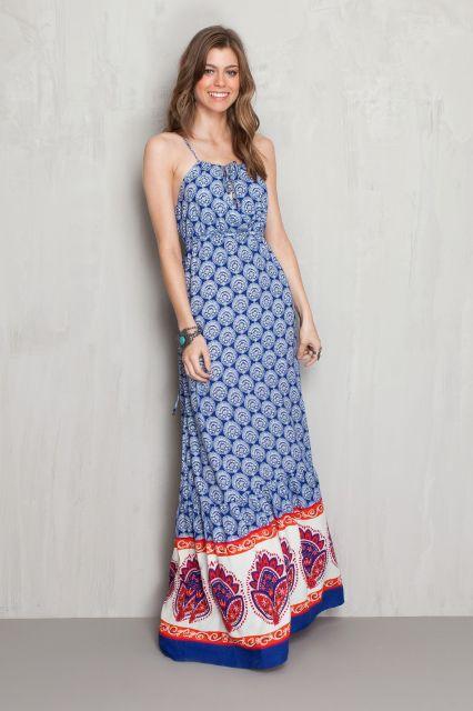 Look com vestido azul, estampa de circulos redondos e barrado em flores.