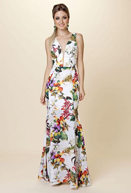 Modelo usa vestido decote V, branco com estampado floral.