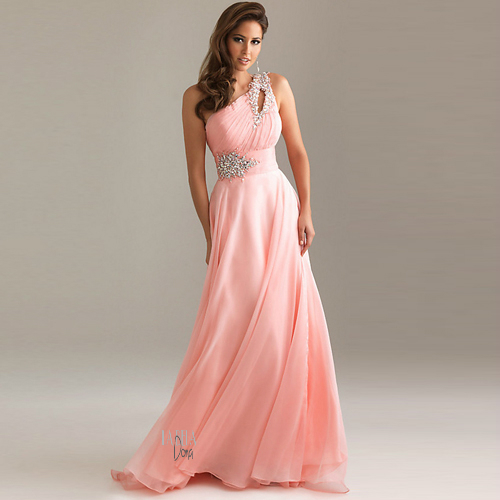Modelo veste vestido rosa salmao, gode de um ombro só com detalhes no busto.