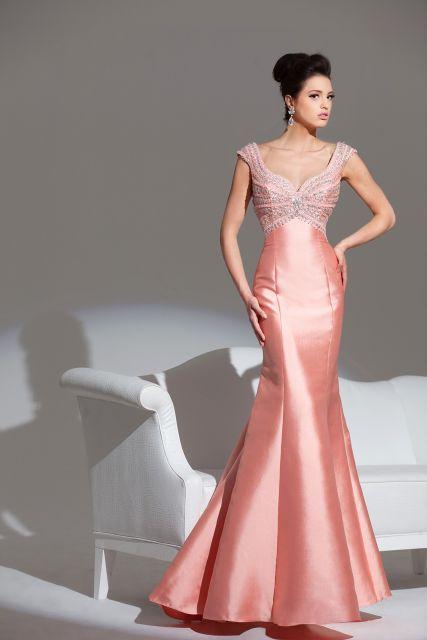 Vestido salmao, com decote sutil, modelagem sereia.