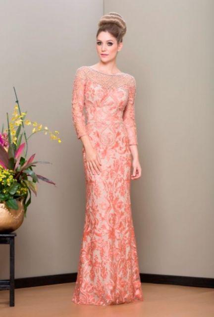 Modelo usa vestido de renda cor salmao,meia manga com transparências.