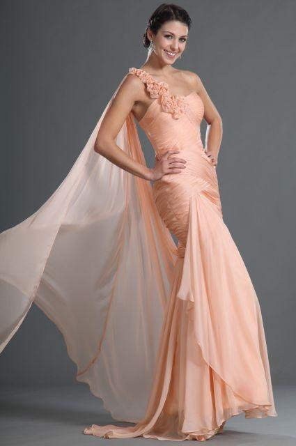 Modelo usa vestido com detalhe de rosas na alça, modelo sereia cor salmão claro.