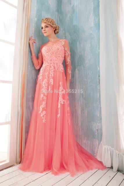 Modelo usa vestido rosa salmao com detalhes em renda.