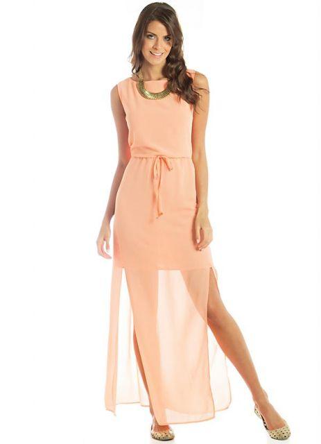 Modelo usa vestido salmão claro modelo mullet, sandália e colar.