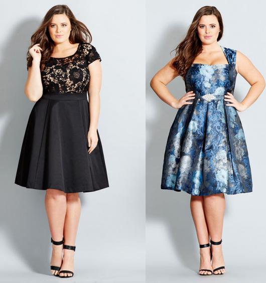 Modelos vestem vestidos em tons de preto e azul com sandálias de salto alto.
