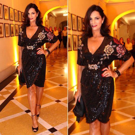 Luiza Brunet veste vestido preto com paetês e bordados no tom de preto e sandália preta.