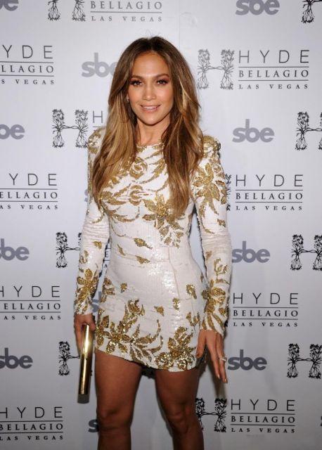 Jlo veste vestido branco com bordados dourados.